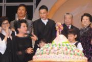 華仔慶生會,除劉父、劉媽媽撐場外,出爐的威尼斯影后葉德嫻帶同影后獎盃送給華仔作賀禮。