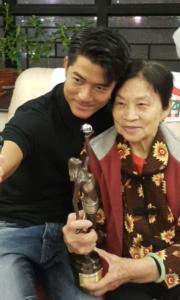 郭媽媽手捧金像獎分享城城光榮一刻。