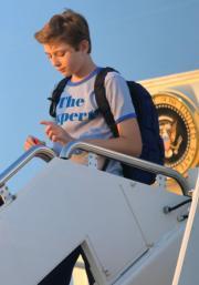 巴倫落機時拿着大熱的年輕人玩意手指陀螺。(法新社)