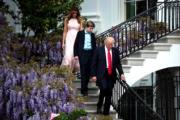 4月,(前起)特朗普、幼子巴倫、妻子梅拉尼婭在白宮出席復活節活動。(法新社)