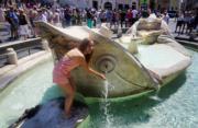 同樣受熱浪影響的意大利,氣象部門指情況是15年來最嚴峻,在首都羅馬,有遊客跳進噴泉玩水。(法新社)