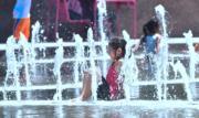 美國有5個州分面對熱浪,加州部分地區氣溫超過攝氏37度。圖為洛杉磯市民到噴泉消暑。(法新社)