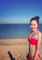 沙灘上的開心女孩。