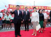 6月29日,國家主席習近平(前排左)與夫人彭麗媛(前排右)抵港,特首梁振英伉儷、候任特首林鄭月娥在機場迎接。(新華社)
