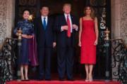國家主席習近平(左二)與夫人彭麗媛(左)今年4月到訪美國,與美國總統特朗普伉儷合照。(法新社)