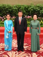 今年5月,中國國家主席習近平(中)與夫人彭麗媛(右)在北京歡迎緬甸國務資政昂山素姬(左)。(中新社)