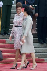 今年5月,國家主席習近平夫人彭麗媛(右)在北京歡迎阿根廷總統夫人(左)(法新社)