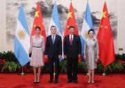 國家主席習近平與夫人彭麗媛(右)歡迎阿根廷總統伉儷(左)(新華社)