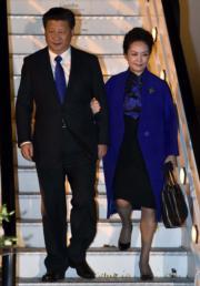 2015年10月,國家主席習近平夫人彭麗媛抵達倫敦落機時,身穿一襲中式旗袍、外套藍色大衣(圖右),習近平亦佩戴藍色領帶,兩人保持同色調。兩人選擇的是在英國代表尊貴和莊重的寶藍色,又稱「皇家藍」(Royal Blue)。(法新社)
