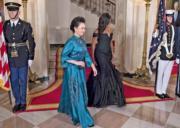 2015年10月,「第一夫人」彭麗媛(左)隨同國家主席習近平出訪美國,穿上孔雀藍色禮服,隆重得體又具特色。右為美國前總統夫人米歇爾。(法新社)