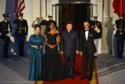 2015年10月,「第一夫人」彭麗媛(左一)隨同國家主席習近平(左三)出訪美國,穿上孔雀藍色禮服,與習近平的孔雀藍色袋巾作呼應。右一為美國前總統奧巴馬、右三為米歇爾。(法新社)