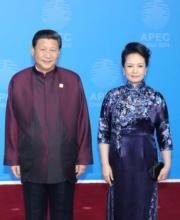 2014年11月,習近平(左)與夫人彭麗媛(右)出席北京APEC峰會歡迎晚宴。(中央社)