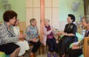 6月30日,國家主席習近平夫人彭麗媛(右二)到訪黃竹坑東華三院賽馬會松朗安老綜合中心,與院友閒談。(政府新聞網facebook圖片)
