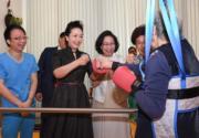 6月30日,國家主席習近平夫人彭麗媛到訪黃竹坑東華三院賽馬會松朗安老綜合中心,與接受職業治療訓練的長者擊拳。(政府新聞網facebook圖片)