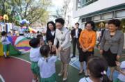 6月29日,國家主席習近平夫人彭麗媛(中)參觀又一村學校。(政府新聞處facebook圖片)