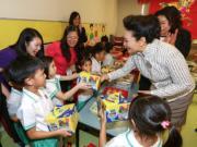 6月29日,國家主席習近平夫人彭麗媛參觀幼稚園。(政府新聞網圖片)