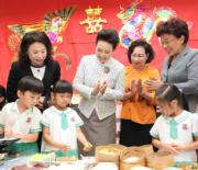 6月29日,國家主席習近平夫人彭麗媛參觀又一村學校。(新華社圖片)