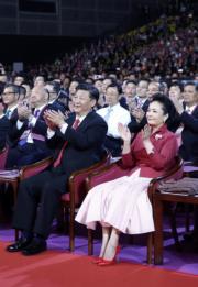 6月30日晚上,國家主席習近平(左)與夫人彭麗媛(右)出席慶祝香港回歸祖國20周年文藝晚會。(新華社)