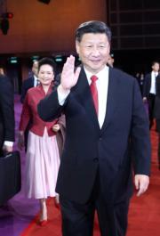 6月30日晚上,國家主席習近平(前)與夫人彭麗媛(後)出席慶祝香港回歸祖國20周年文藝晚會。(新華社)