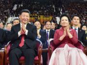 6月30日晚上,國家主席習近平(左)與夫人彭麗媛(右)出席慶祝香港回歸祖國20周年文藝晚會。(政府新聞網圖片)