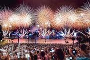今年七一煙花匯演合共發放近4萬枚煙花,是歷年之最,匯演期間時雨時晴,但無損維港兩岸26萬市民觀賞的興致,不少市民舉起手機拍攝,留下美好一刻。(蘇智鑫攝)