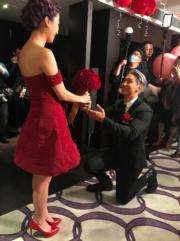 陳柏宇跪地送上鮮花,老婆甜入心。