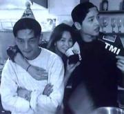 劉亞仁(左)是好友,宋仲基(右)是男友。