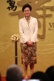 2017年7月1日,林鄭月娥以一襲棕色花形圖案旗袍配米白色外套,於香港歷史博物館主持大型展覽「萬壽載德—清宮帝后誕辰慶典」開幕典禮。(資料圖片)