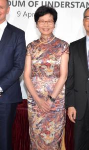 2016年,林鄭月娥以旗袍造型,出席藝發局與澳洲阿德萊德藝術中心簽署合作備忘錄。(資料圖片/政府新聞處)