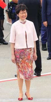 2017年6月29日,林鄭月娥以花紋旗袍配淡粉紅小外套,在機場迎接訪港的國家主席習近平夫婦。(資料圖片/中新社)