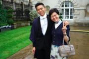 林鄭月娥(右)與幼子林約希(左)(資料圖片/林鄭辦公室facebook圖片)