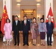 國家主席習近平(左三)和夫人彭麗媛(右三)在2017年6月29日,於禮賓府與梁振英(左二)及夫人梁唐青儀(左一)、林鄭月娥(右二)及丈夫林兆波(右一)合照。(資料圖片)