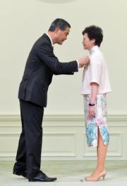 2016年10月,時任特首梁振英(左)在禮賓府頒授大紫荊勳章予時任政務司長林鄭月娥(右)。(新華社資料圖片)