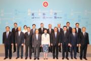 林鄭月娥(前排左五)(2017年6月資料圖片)