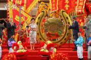林鄭月娥(中)不時在公開場合以旗袍造型示人。(資料圖片)