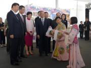 2017年6月,左起:國家主席習近平、梁振英、林鄭月娥等,獲兩名兒童粵劇演員清唱《紫釵記》。(資料圖片)
