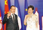 林鄭月娥(右)穿上旗袍出席法國國慶官方酒會。(2012年資料圖片)