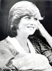 1982年6月22日,戴安娜抱着剛出世的威廉王子離開醫院。(黑白資料圖片)