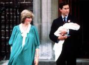 1982年6月22日,戴安娜(左)和抱着威廉王子的查理斯於醫院外合照。(The British Monarchy flickr圖片)