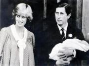 1982年6月22日,戴安娜(左)和抱着威廉王子的查理斯於醫院外合照。(黑白資料圖片)