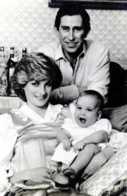 1983年3月,英國王室發布戴安娜(左)、查理斯(後)與威廉王子(右)於2月1日拍攝的合照,公布他們往後將外訪澳洲和新西蘭。(黑白資料圖片)