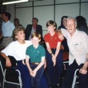 1994年,戴安娜(左)與兒子哈里(左二)、威廉(左三)探訪服務露宿者的機構。(kensingtonroyal Instagram圖片)