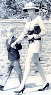 戴安娜(右)(黑白資料圖片)