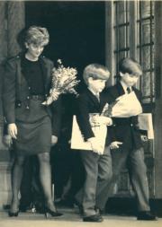 戴安娜(左)與哈里和威廉參觀恐龍展後,離開倫敦自然史博物館。(法新社資料圖片)