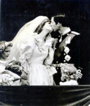 1981年,查理斯(右)迎娶戴安娜(左)。(黑白資料圖片)