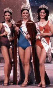 1973年首屆香港小姐,冠軍孫泳恩、亞軍容朱迪(左)、季軍劉慧德(右),加冕時也是穿著泳裝。(資料圖片)