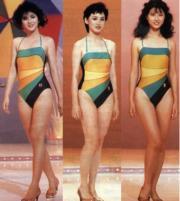 1985年港姐泳裝由泳衣品牌贊助,季軍王愛倫(左起)、冠軍謝寧,周海媚當年參選未獲獎項。(資料圖片)