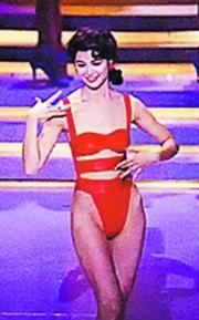 袁詠儀這件泳裝是蠱惑的設計,身上有少少肉也無所遁形。(資料圖片)