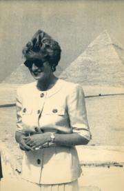 1992年5月,戴安娜到訪埃及,在尼羅河西岸吉薩(Giza)的金字塔前拍照。(法新社資料圖片)
