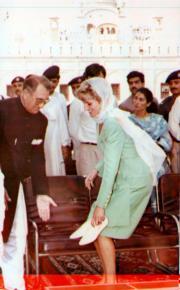 戴安娜(前右)到訪巴基斯坦,在進入拉合爾一家回教寺前,先除下鞋子。(法新社資料圖片)